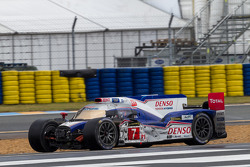 Problemaa para o #7 Toyota Racing Toyota TS030 Hybrid: Alexander Wurz, Nicolas Lapierre, Kazuki Naka