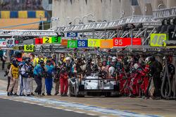 Pit-stop para o #2 Audi Sport Team Joest Audi R18 e-tron quattro: Tom Kristensen, Allan McNish, Loic