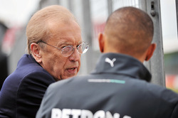 Lewis Hamilton, Mercedes AMG F1 con Sir David Frost, Broadcaster.