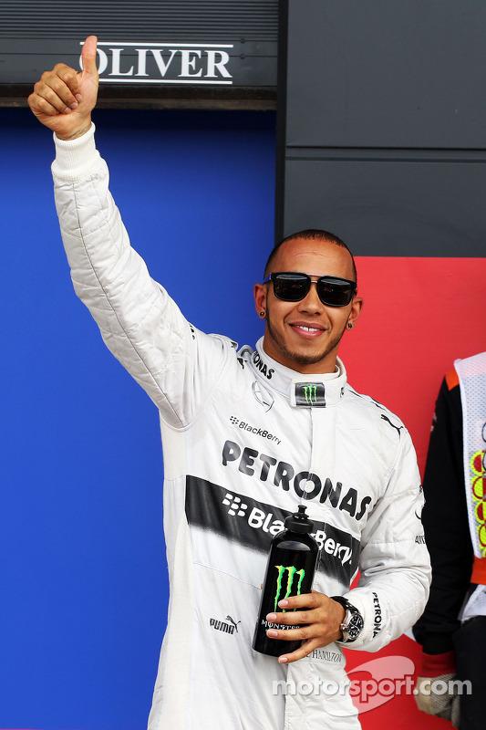 Lewis Hamilton, Mercedes AMG F1 celebra a pole position no parque fechado