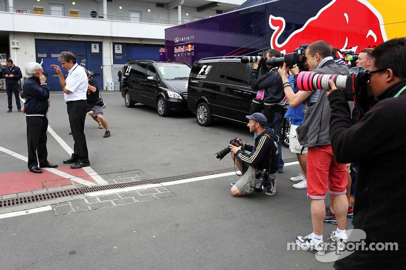 Bernie Ecclestone, CEO Formula One Group, en Pasquale Lattuneddu, FOM