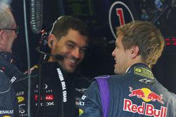 (Da esquerda para direita): Dr Helmut Marko, consultor da Red Bull,  com Guillaume Rocquelin, engenheiro de corridas da Red Bull Racing, e Sebastian Vettel, Red Bull Racing