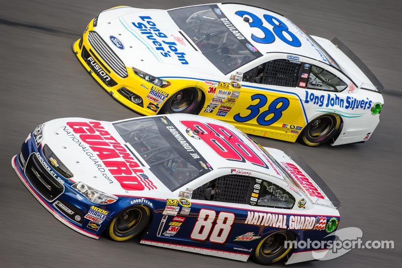 Dale Earnhardt Jr., Hendrick Motorsports Chevrolet, David Gilliland, Front Row Motorsports Ford