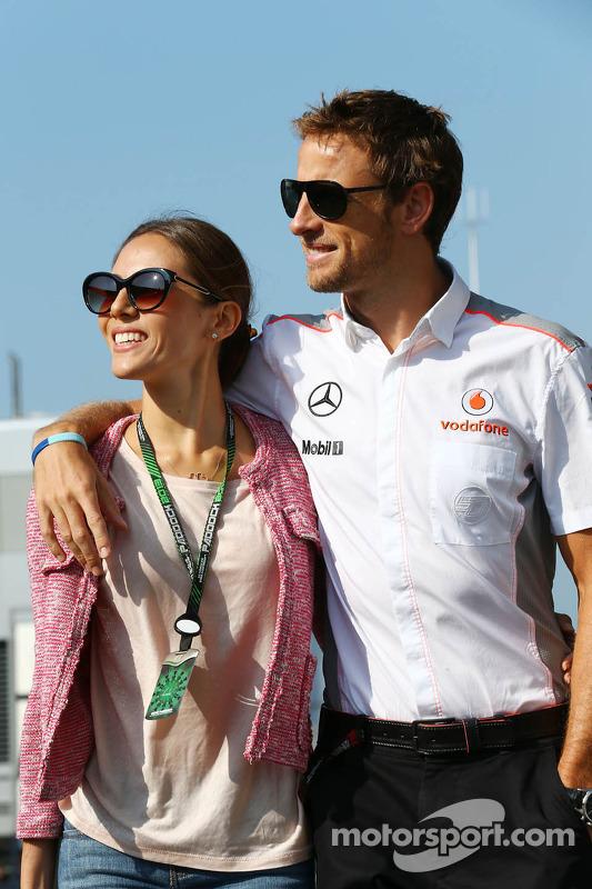 Jenson Button, McLaren com sua namorada Jessica Michibata