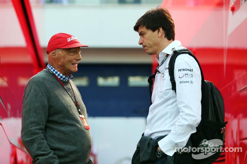 (L naar R): Niki Lauda, Mercedes Non-Executive Chairman met Toto Wolff, Aandeelhouder en directeur Mercedes AMG F1
