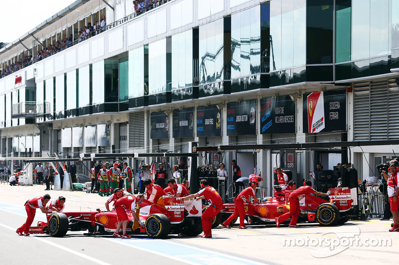 Felipe Massa, Ferrari F138 and Fernando Alonso, Ferrari F138 in the pits