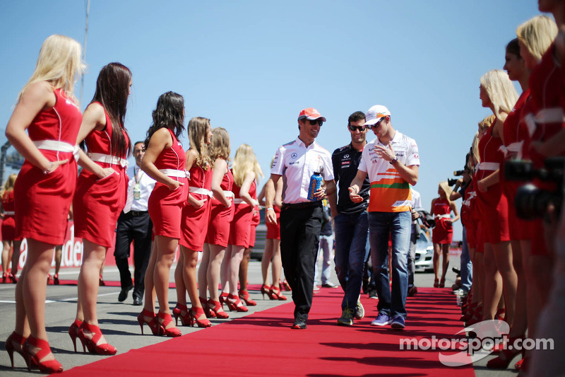 (L naar R): Jenson Button, McLaren, Mark Webber, Red Bull Racing en Paul di Resta, Sahara Force India F1 bij de rijdersparade