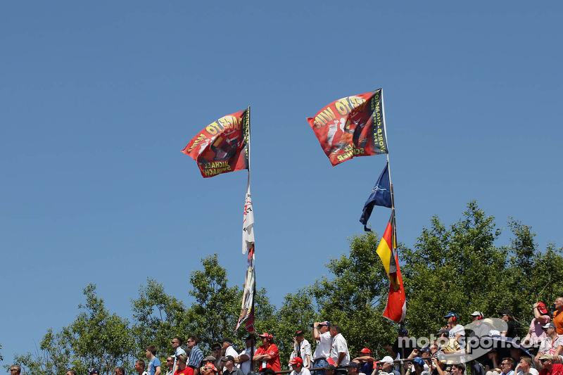 Flaggen für Michael Schumacher