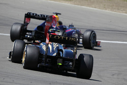 Sebastian Vettel, Red Bull Racing RB9 leads Romain Grosjean, Lotus F1 E21