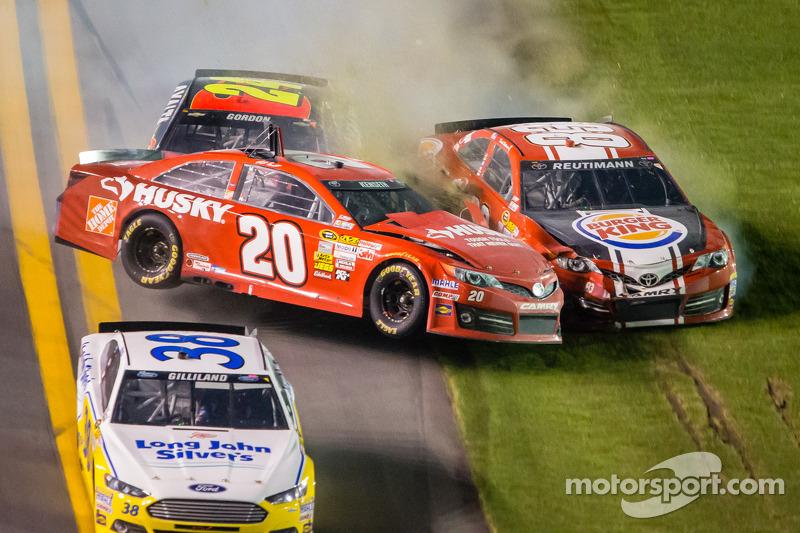 Matt Kenseth, Joe Gibbs Racing Toyota, Jeff Gordon, Hendrick Motorsports Chevrolet and David Reutimann, BK Racing Toyota crash