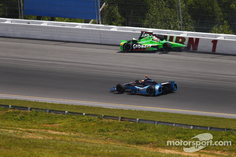 Crash for James Hinchcliffe, Andretti Autosport Chevrolet