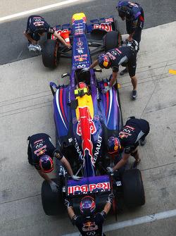 Antonio Felix da Costa, Red Bull Racing RB9 Test Driver wordt de pits ingeduwd