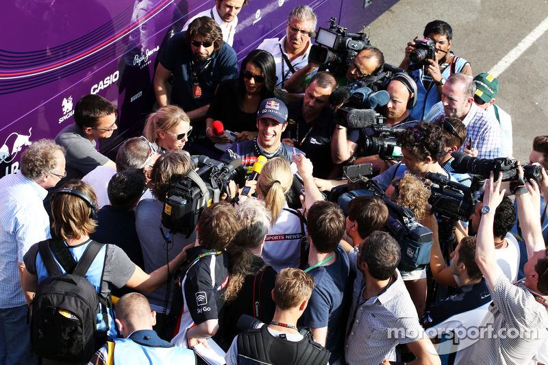 Daniel Ricciardo, Testrijder Red Bull Racing met de media