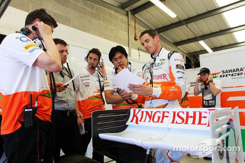 Adrian Sutil, Sahara Force India VJM06 met zijn engineers