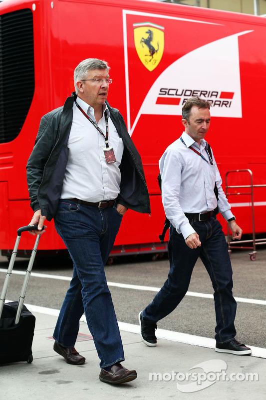 (Da esquerda para direita): Ross Brawn, chefe de equipe da Mercedes AMG F1, com Paddy Lowe, diretor executivo da Mercedes AMG F1