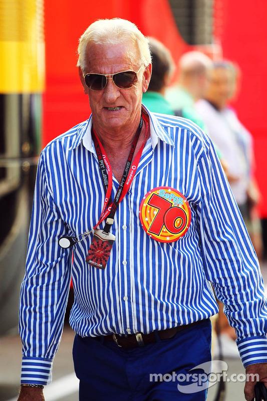 John Button, celebra o aniversário de 70 anos