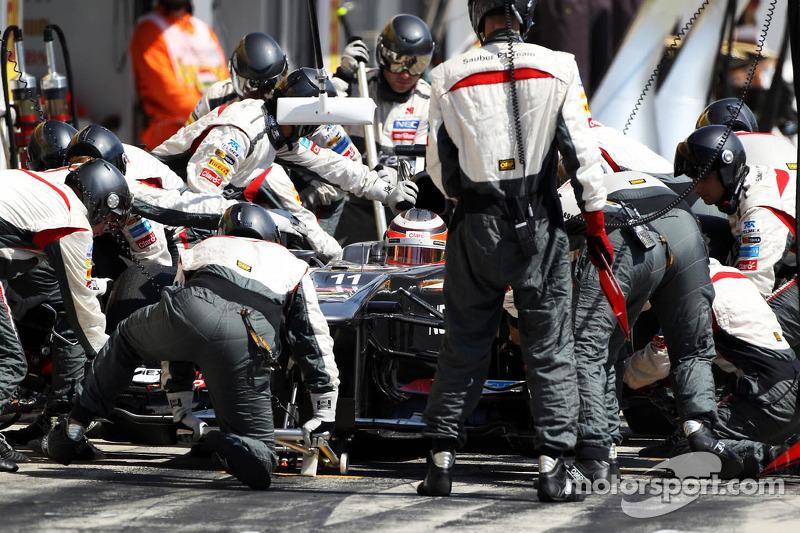 Nico Hulkenberg, Sauber C32 makes a pit stop