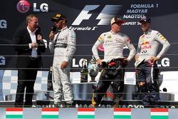 O pódio: Martin Brundle, Sky Sports; Lewis Hamilton, Mercedes AMG F1; Kimi Raikkonen, Lotus F1 Team; Sebastian Vettel, Red Bull Racing
