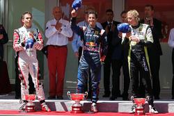 Podio: ganador de la carrera Daniel Ricciardo, ISR, segundo lugar Robert Wickens, Carlin, tercer lugar Brendon Hartley, Charouz Racing