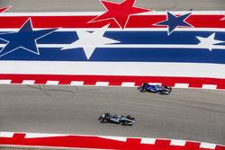Льюис Хэмилтон, Mercedes AMG F1 W08, и Паскаль Верляйн, Sauber C36