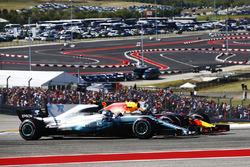 Valtteri Bottas, Mercedes AMG F1 W08, lotta con Daniel Ricciardo, Red Bull Racing RB13