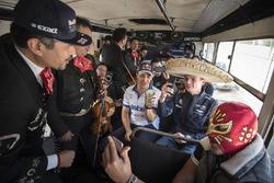 Max Verstappen, Red Bull Racing y Memo Rojas en un microbús