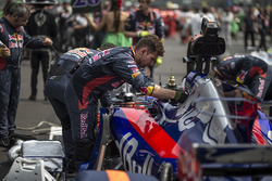 Scuderia Toro Rosso Mechanics work on the car of Brendon Hartley, Scuderia Toro Rosso STR12