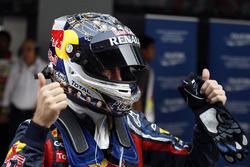 Sebastian Vettel, Red Bull Racing RB7 Renault, viert zijn pole