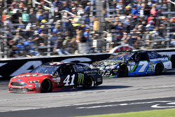 Kurt Busch, Stewart-Haas Racing Ford e Joey Gase, Tommy Baldwin Racing Chevrolet