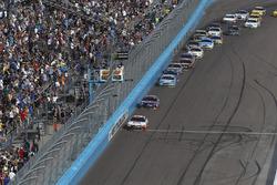 Matt Kenseth, Joe Gibbs Racing Toyota, Denny Hamlin, Joe Gibbs Racing Toyota, la course est relancée