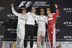 Podyum: 2. ve Dünya Şampiyonu Nico Rosberg, Mercedes AMG, Tony Ross, Yarış Mühendisi, Mercedes AMG, Yarış galibi Lewis Hamilton, Mercedes AMG, 3. Sebastian Vettel, Ferrari
