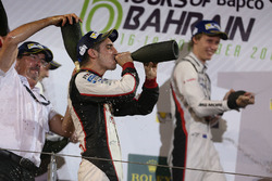 Podium LMP1: racewinnaars Sébastien Buemi, Anthony Davidson, Kazuki Nakajima, Toyota Gazoo Racing