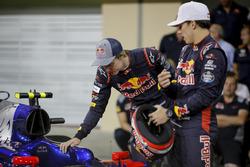 Brendon Hartley, Scuderia Toro Rosso y Pierre Gasly, Scuderia Toro Rosso en la foto del equipo Scuderia Toro Rosso