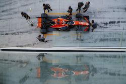 Stoffel Vandoorne, McLaren MCL32, rentre au stand