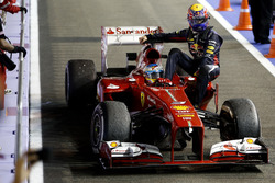 Fernando Alonso, Ferrari F138, mit Mark Webber, Red Bull Racing