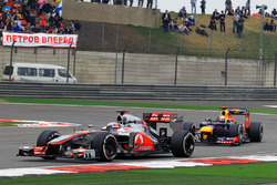 Jenson Button, McLaren MP4-27 voor Sebastian Vettel, Red Bull Racing RB8
