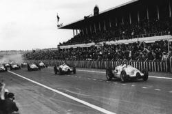 Tazio Nuvolari y Hermann Muller, both Auto Union D-type, lideran la arrancada
