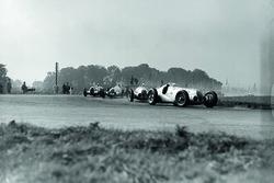 Hermann Lang, Mercedes-Benz W125 precede Rudolf Caracciola, Mercedes-Benz W125, Dick Seaman, Mercedes-Benz W125 e Bernd Rosemeyer Auto Union C-typ