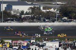 Incidente, Danica Patrick, Premium Motorsports Chevrolet Camaro, Chase Elliott, Hendrick Motorsports Chevrolet Camaro, Kasey Kahne, Leavine Family Racing Chevrolet Camaro