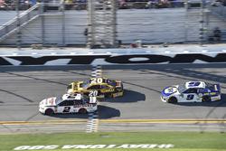 Brad Keselowski, Team Penske Ford Fusion, Erik Jones, Joe Gibbs Racing Toyota, Chase Elliott, Hendrick Motorsports Chevrolet Camaro