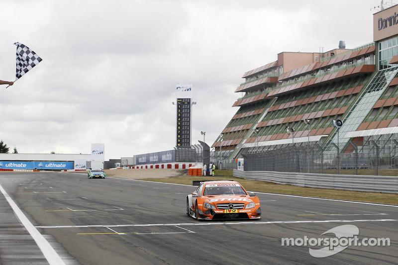 Finishvlag voor Robert Wickens, Mercedes AMG DTM-Team HWA DTM Mercedes AMG C-Coupe