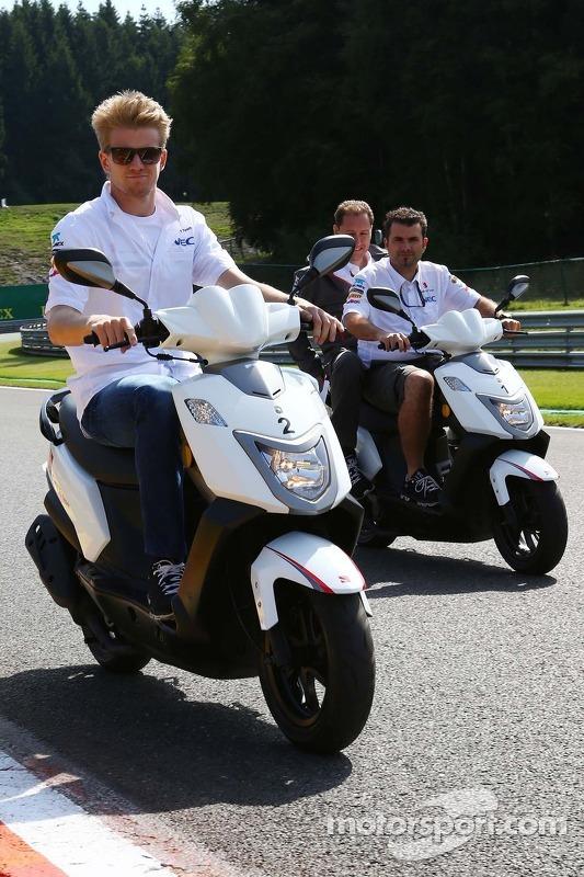 Nico Hulkenberg, Sauber anda na pista on a moped.