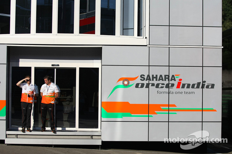(L naar R): Will Hings, Sahara Force India F1 Press Officer met Andy Stevenson, Sahara Force India F1 Team Manager