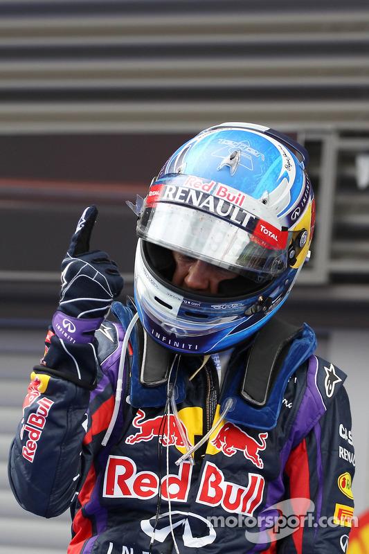 O vencedor Sebastian Vettel, Red Bull Racing comemora no parque fechado