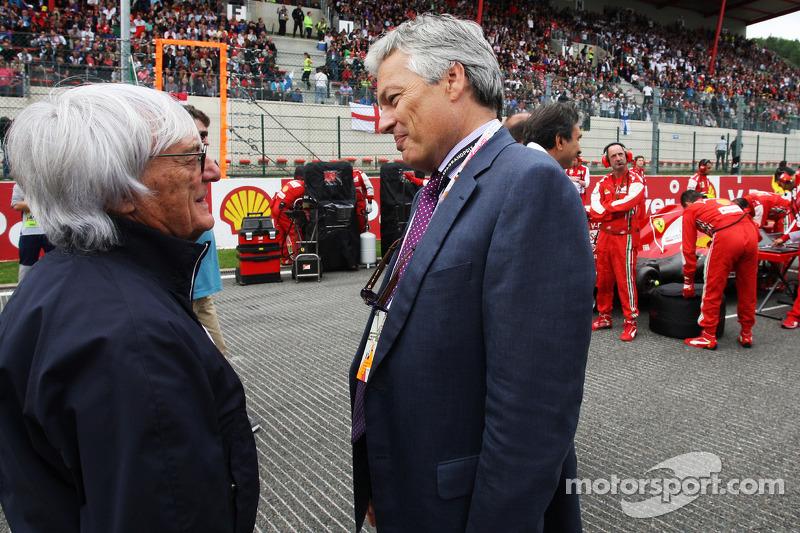 Bernie Ecclestone, CEO Formula One Group, met Didier Reynders, politicus op de grid