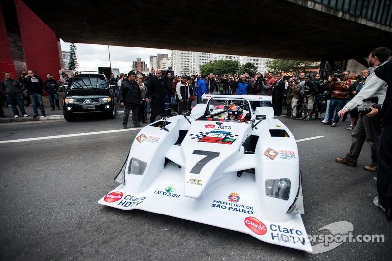 Emerson Fittipaldi lidera o desfile