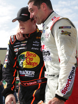Ty Dillon e Max Papis conversam após a corrida
