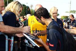 Daniel Ricciardo, Scuderia Toro Rosso, assina autógrafos para os fãs