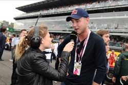 (L naar R): Jennie Gow, BBC Radio 5 Live Pitlane Reporter met Chris Broad, England Cricket Player op de grid