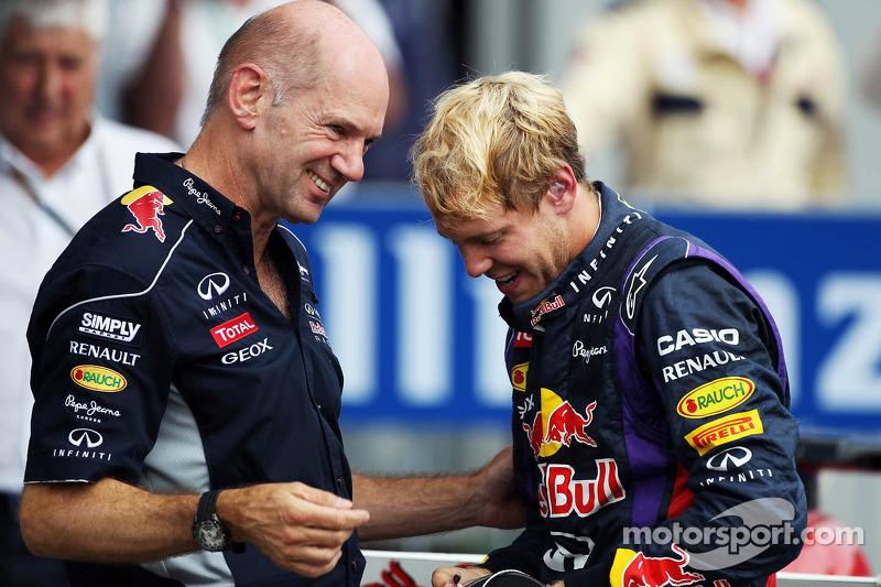 (L naar R): Adrian Newey, Red Bull Racing Chief Technical Officer viert de zege met winnaar Sebastia